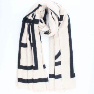 """Sjaal """"Valentina"""" off white is een fijne geweven sjaal met grafische print."""