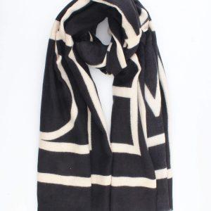 """Sjaal """"Valentina"""" zwart is een fijne geweven sjaal met grafische print."""