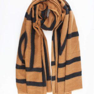 """Sjaal """"Valentina"""" camel is is een fijne geweven sjaal met grafische print.een"""