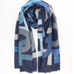 """Sjaal """"Inez"""" blauw is een fijne geweven sjaal met grafische print."""