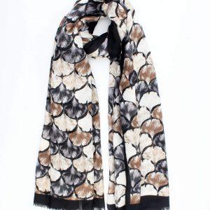 """Sjaal """"Nuena"""" is een zwart fijne geweven sjaal met ginkgo bladeren dessin."""