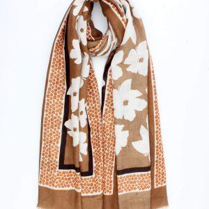 """Sjaal """"Ronni"""" camel is een fijn geweven sjaal met off white bloem."""