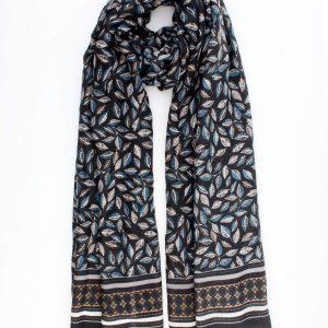 """Sjaal """"Ane"""" zwart is een viscoseblend geweven sjaal voor buiten en binnen."""