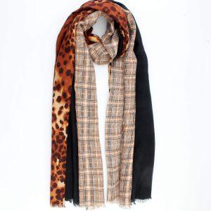 Prachtige bruine fijne geweven sjaal met dierenprint en ruitjes.