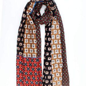 """Sjaal """"Izarra"""" is een zwarte fijne geweven sjaal met kleurvlakken in roest en rood."""