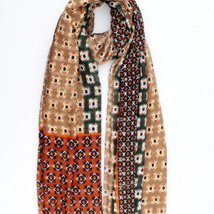 Prachtige taupe fijne geweven sjaal met kleurvlakken in roest en groen.