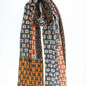Prachtige donkerblauwe fijne geweven sjaal met kleurvlakken in roest en zwart.