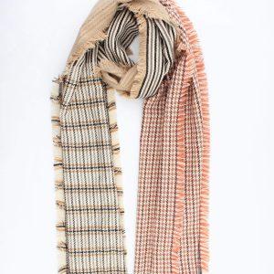 """Sjaal """"Léa"""" taupe is een geweven sjaal met verschillende kleurvlakken camel, roze."""